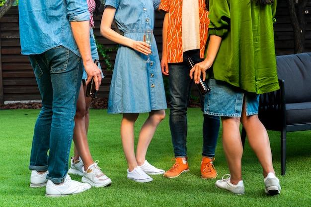 Zakończenie grupa przyjaciele stoi na trawie
