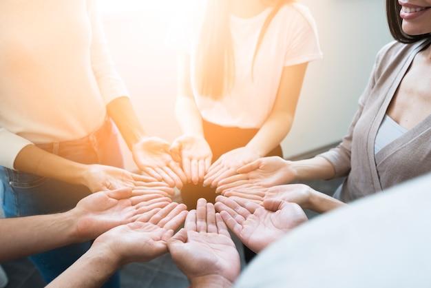 Zakończenie grupa przyjaciele trzyma ręki up