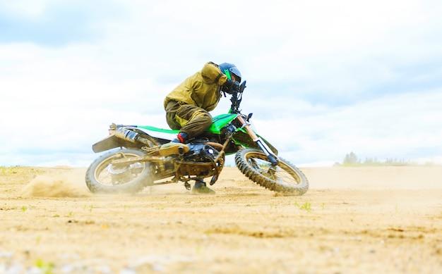 Zakończenie halna motocross rasa w drodze polnej w dnia czasie.