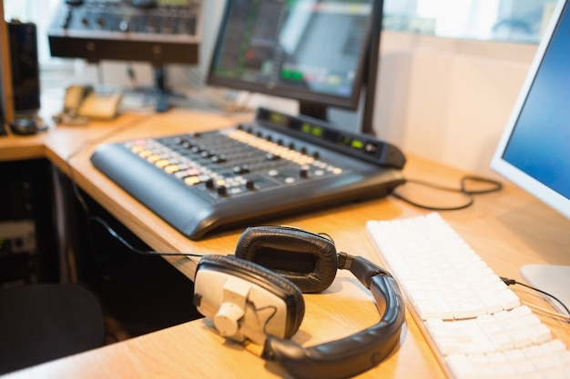 Zakończenie hełmofony na biurku