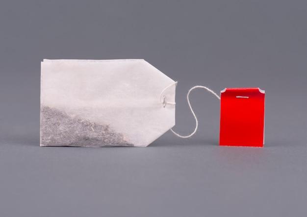 Zakończenie herbaciana torba na szarym tle