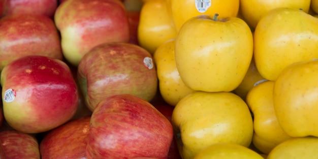 Zakończenie jabłka dla sprzedaży przy targowym kramem, szczupaka miejsca rynek, seattle, stan washington, usa