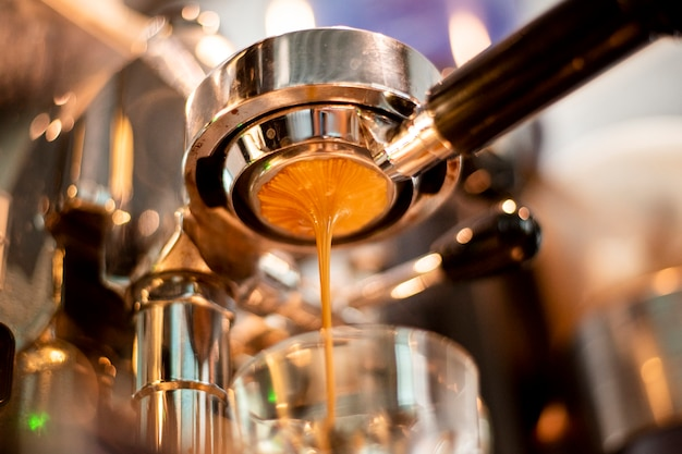 Zakończenie kawowa maszyna up przygotowywa kawę w sklep z kawą
