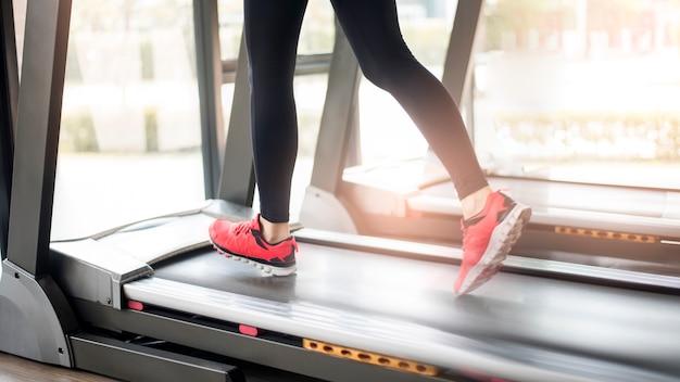 Zakończenie kobiet nogi up mięśniowi cieki biega na treadmill treningu przy sprawności fizycznej gym