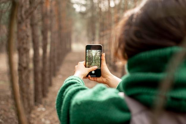 Zakończenie kobieta bierze fotografie z wiszącą ozdobą