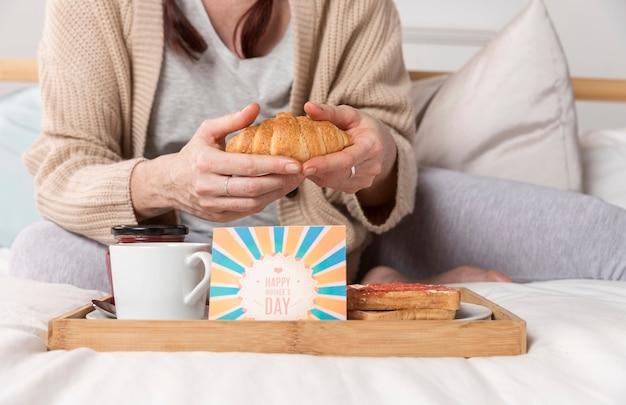 Zakończenie kobieta cieszy się śniadanio-lunch niespodziankę