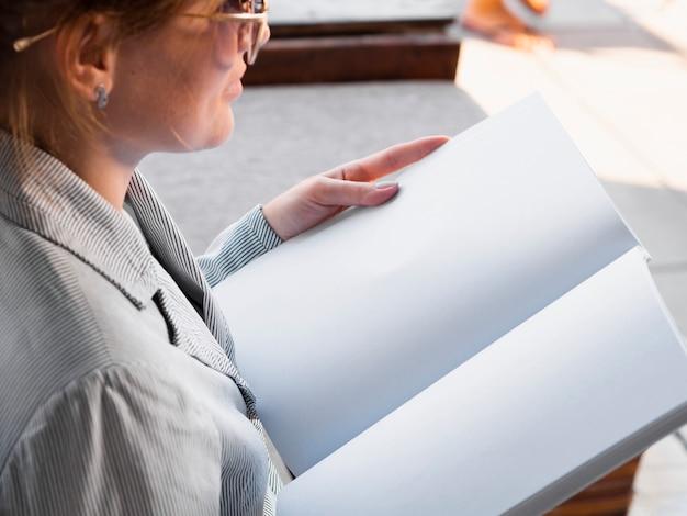 Zakończenie kobieta czyta próbnego magazyn