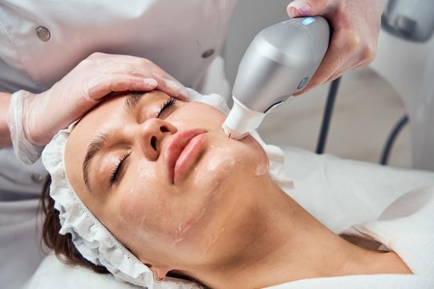 Zakończenie kobieta dostaje twarzowy hydrodowy mikrodermabrazja peelinga traktowanie