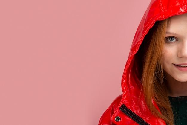 Zakończenie kobieta jest ubranym czerwoną kurtkę