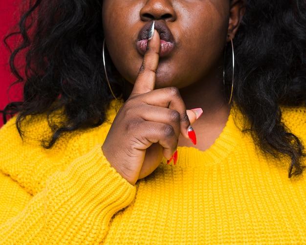 Zakończenie kobieta pokazuje cisza znaka