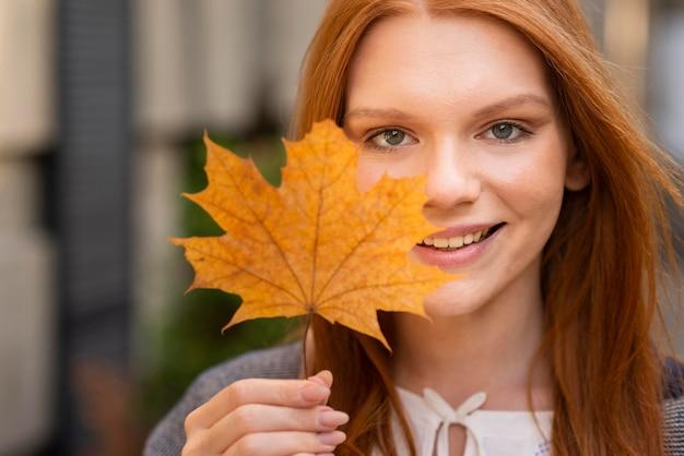 Zakończenie kobieta pozuje z liściem