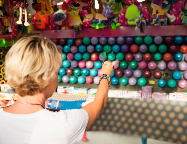 Zakończenie kobieta strzela balony z powrotem widok