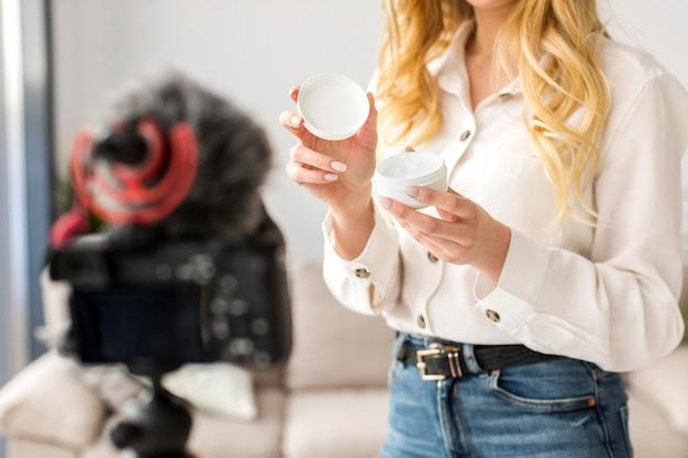 Zakończenie kobieta trzyma kremowego zbiornik