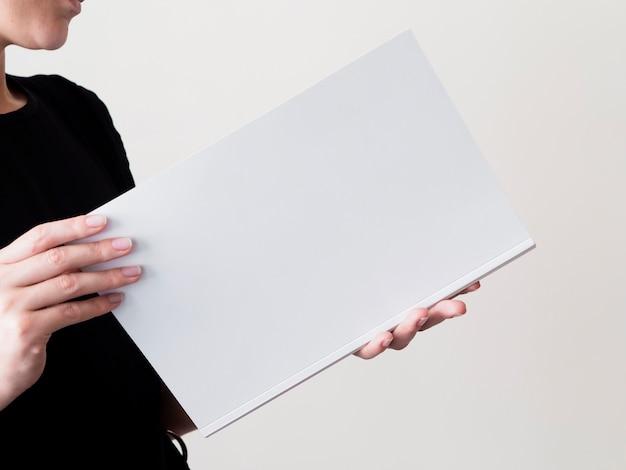 Zakończenie kobieta trzyma próbnego magazyn