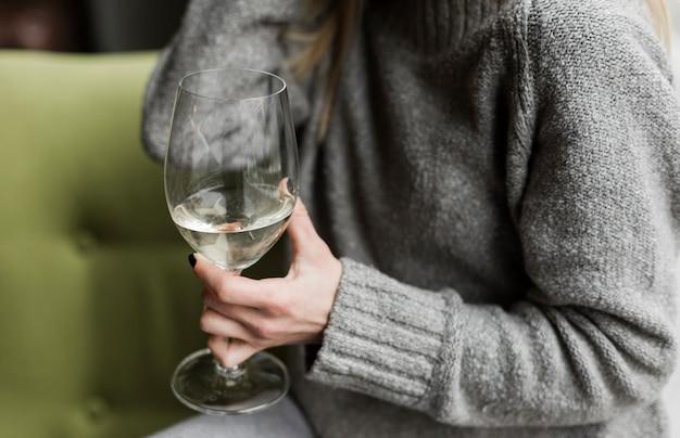 Zakończenie kobieta trzyma szkło wino