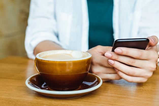 Zakończenie kobieta up wręcza mienie komórki telefon, blogger dziewczyny writing wiadomość na telefonie komórkowym w domu