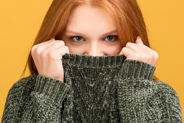 Zakończenie kobieta zakrywa jej twarz