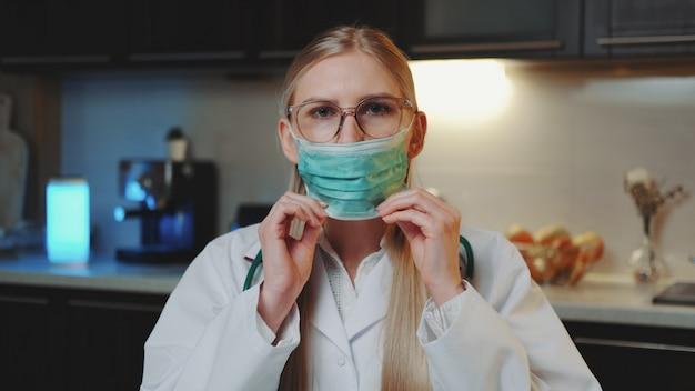 Zakończenie kobiety doktorski seans pokazuje, jak prawidłowo nosić maskę medyczną