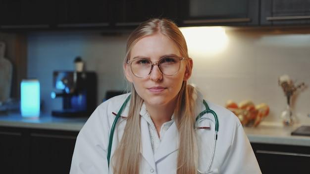 Zakończenie kobiety lekarka patrzeje kamera i robi wideo rozmowie pacjent.