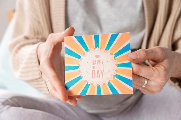 Zakończenie kobiety mienia kartka z pozdrowieniami