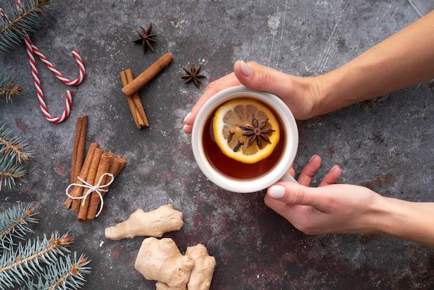 Zakończenie kobiety mienia kubek z herbatą i cytryną