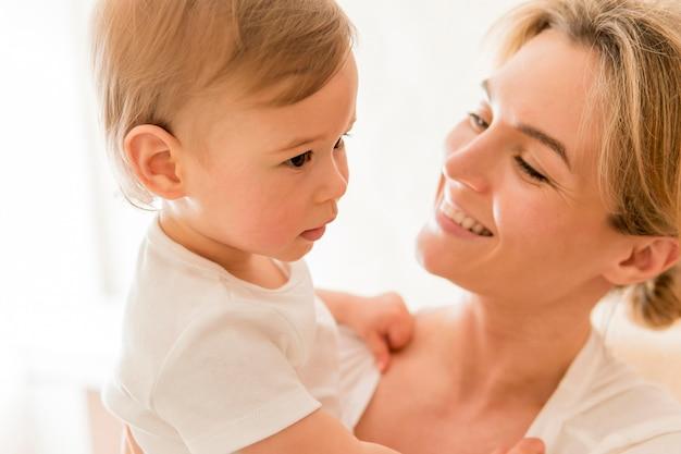 Zakończenie kobiety mienia ono uśmiecha się i dziecko