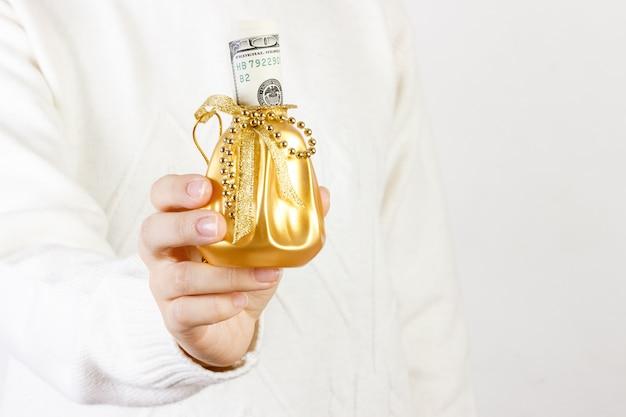 Zakończenie kobiety mienia prezenta pudełko dolar