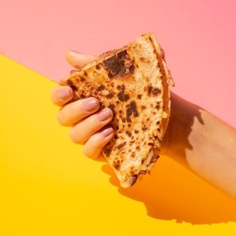 Zakończenie kobiety mienia tortilla z kolorowym tłem