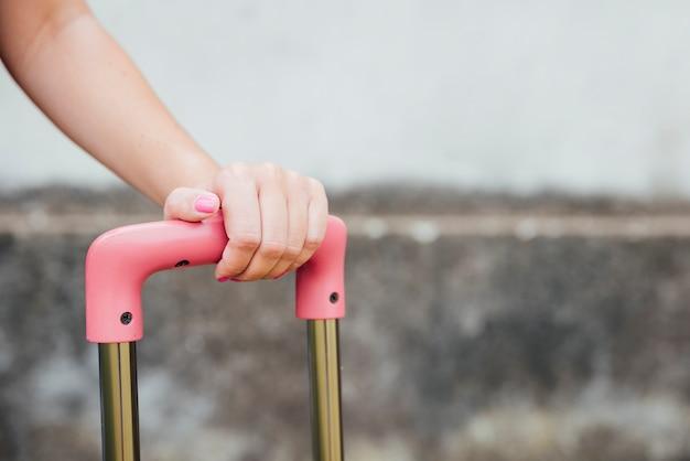 Zakończenie kobiety mienia walizki rękojeść
