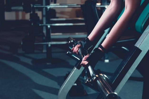 Zakończenie kobiety ręka robi treningowi w gym