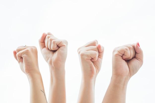 Zakończenie kobiety trzyma pięści up przy protestem