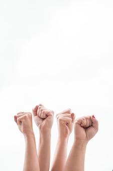 Zakończenie kobiety trzyma pięści up przy zgromadzeniem