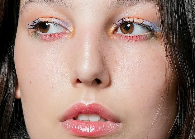 Zakończenie kobiety twarz z oko cieniem