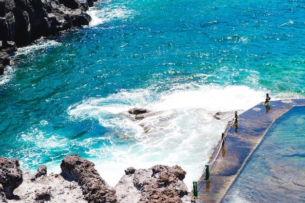Zakończenie krystaliczna falista woda przy seashore