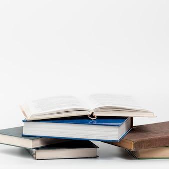 Zakończenie książki z białym tłem