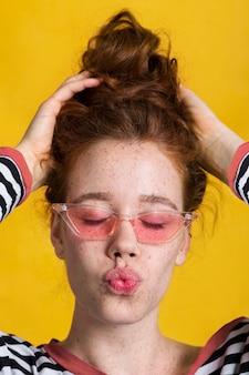 Zakończenie ładna kobieta z kissy twarzą i szkłami