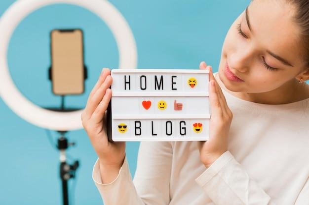 Zakończenie ładna młoda dziewczyna przygotowywająca blogować
