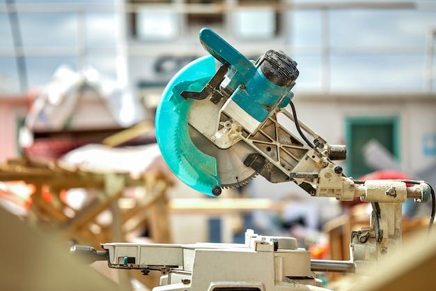 Zakończenie laserowa piła tarczowa na budowie. produkty do domu i ogrodu oraz produkcja. narzędzie do budowania.