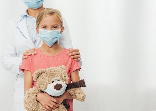 Zakończenie lekarz dziewczyna trzyma