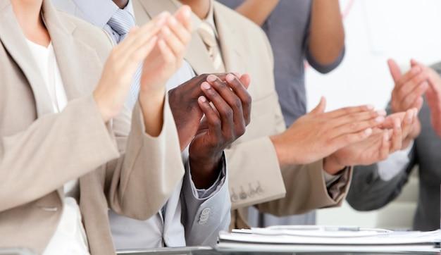 Zakończenie ludzie biznesu oklaskuje w spotkaniu