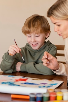 Zakończenie malowanie buźkę dziecko