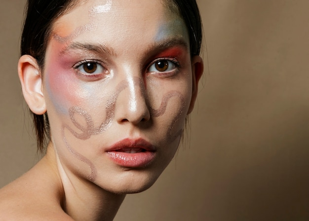 Zakończenie malująca twarz na kobiecie