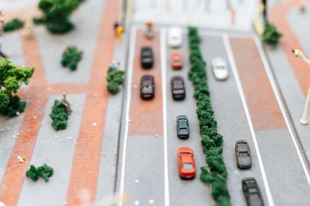 Zakończenie mały samochodu up modeluje na drodze, ruchu drogowego poczęcie.