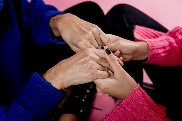 Zakończenie matki i dziewczyny mienia ręki