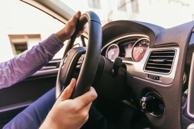 Zakończenie męska ręka w nowożytnym samochodzie