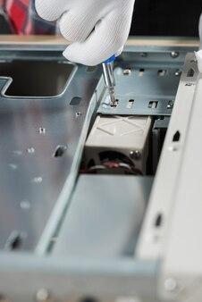 Zakończenie męska technika ręki naprawiania śruba w komputerowej szczelinie