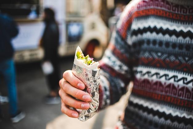 Zakończenie mężczyzna je shawarma