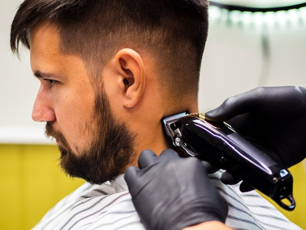Zakończenie mężczyzna patrzeje w dół przy fryzjera męskiego sklepem