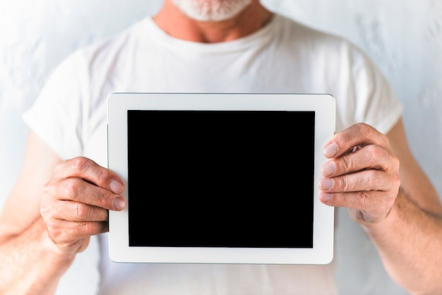 Zakończenie mężczyzna pokazuje cyfrowego pastylka ekran
