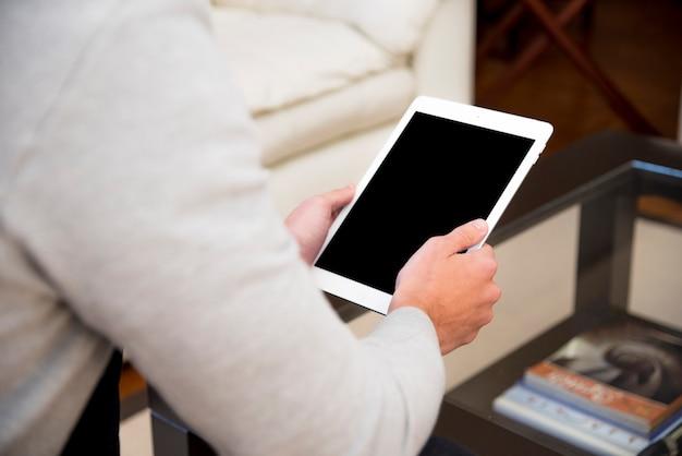Zakończenie mężczyzna ręka używać cyfrową pastylkę